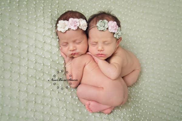 newborn tweeling met bloemen